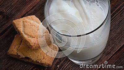 倾吐的杯牛奶和曲奇饼 股票视频