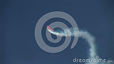 做在蓝天的双翼飞机特技飞行 股票视频