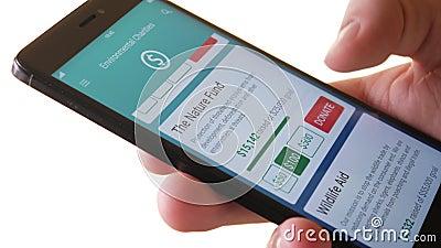 做对环境组织的慈善捐赠使用智能手机App 股票录像