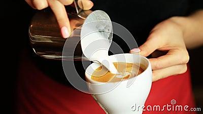做拿铁或热奶咖啡咖啡倾吐的牛奶的barista的手做拿铁艺术 股票视频