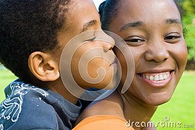 儿童亲吻母亲