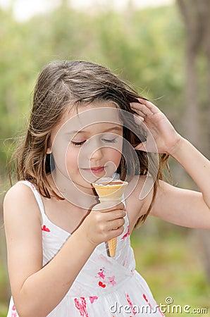 儿童奶油色吃冰