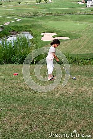 儿童打高尔夫球