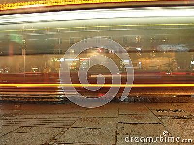 公共汽车晚上