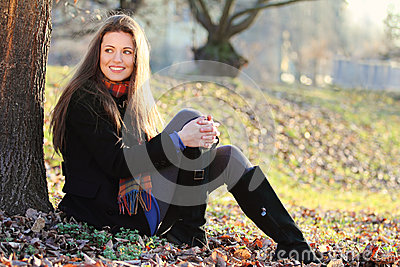 公园的快乐和微笑的女孩