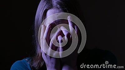 关闭一个害怕的和哭泣的青少年的女孩 4k UHD 股票录像
