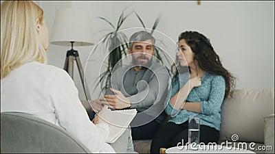 关闭争论和谈的专业心理学家文字笔记和听的年轻夫妇 影视素材