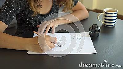关闭写在纸的突然上升了年轻女人书法使用在技术上写字 她writtes我爱你 股票录像