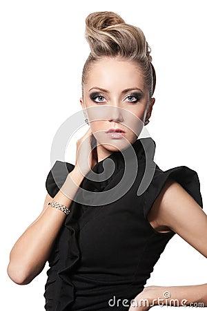 关闭有方式发型的白肤金发的妇女