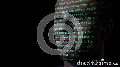 关闭有运作在计算机的胡子的一位成人黑客,当绿色代码字符在他的面孔被射出-时 股票录像