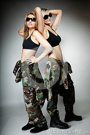 军用军队的两名库存,女孩照片衣裳妇女-女生梦见追求图片
