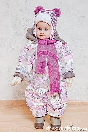冬天衣裳的婴孩