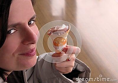 冰淇凌微笑的妇女