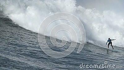 冲浪在持异议者比赛的大波浪