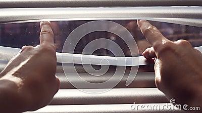 分离软百叶帘的板条女性手以手指进行下去 股票视频