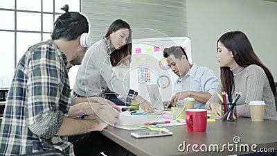 创造性的专家聚集了在会议桌上为讨论新的成功的起始的项目的重要问题