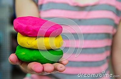 五颜六色的戏剧面团在手边