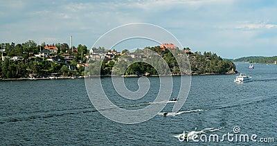 利丁戈,瑞典 阳光明媚的夏日里,游船在港口附近漂浮 股票视频