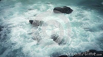 剧烈的巨大的波浪在沿海石头打破 股票录像