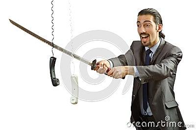 剪切电缆的恼怒的生意人