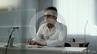 办公室工作者结束计算机与在头后的结果放松的手一起使用 影视素材