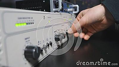 加速在控制搅拌器盘区的录音师的男性手容量瘤 运作在现代的音频编辑 股票录像