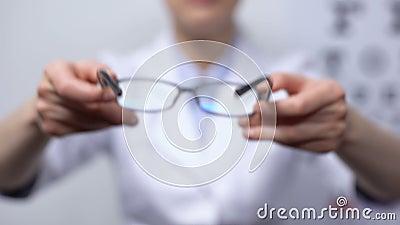医生建议有重视视力改善者使用眼镜 股票录像