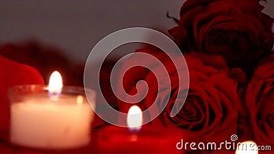 华伦泰` s天与蜡烛的玫瑰特写镜头 股票视频