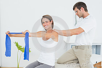 mr: yes pr: no 0 97 0 库存图片: 协助有锻炼的男性治疗师少妇 id