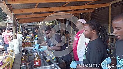 南非约翰内斯堡Fourways Farmers Market的摊位上准备鸡尾酒饮料的一群男子 股票视频
