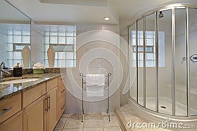卫生间玻璃阵雨图片