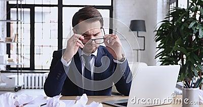 压力过大的商人脱下眼镜,感觉头痛或眼神紧张 股票录像