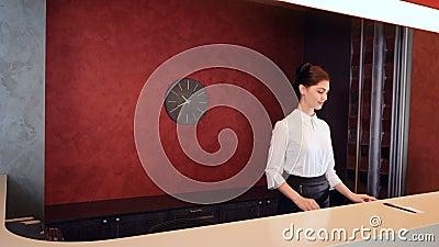 友好的旅馆接待员会议新来者 4K 股票录像