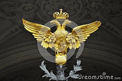 双老鹰朝向宫殿彼得斯堡st冬天