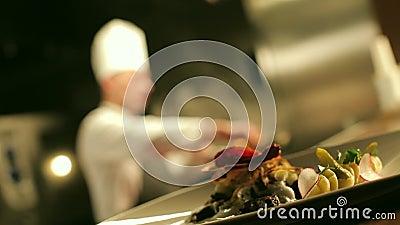 反对烹调Flambe的厨师的桌准备好肉