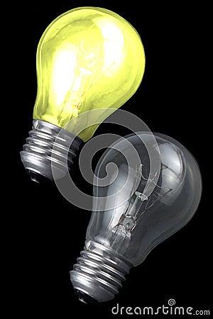 发光背景黑色的电灯泡轻