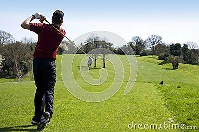 发球区域的高尔夫球运动员
