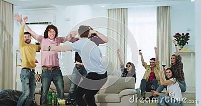 可爱的多种族观看在电视足球赛的朋友人和夫人庆祝胜利的他们 股票录像