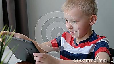 可爱的学童在电脑平板电脑上学习或玩,远程教育概念 影视素材