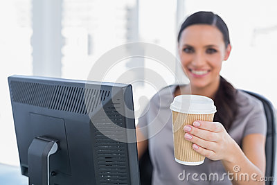 可爱的对照相机的女实业家提供的咖啡