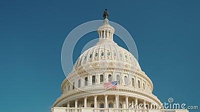 可认识的国会大厦大厦的圆顶在华盛顿特区, 反对蓝天,它` s容易对锁上 股票录像