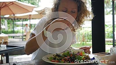 吃新鲜的蔬菜沙拉的健康生活方式妇女在素食餐馆 慢动作的HD Phangan,泰国 影视素材