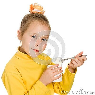 吃酸奶的女孩