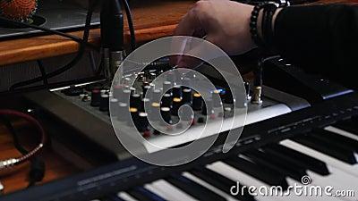 合理的生产商按钮和转动的瘤在混合的委员会有调平器和压缩机的 创造音乐的录音师在ho 股票录像
