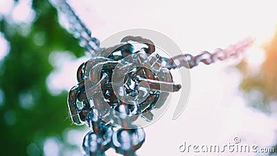 向下垂悬健壮的钢的链子在一个结被连接 金属化儿童` s吸引力的登上在 股票录像