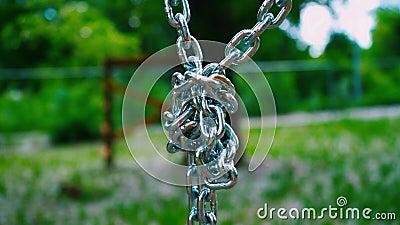 向下垂悬健壮的钢的链子在一个结被连接 金属化儿童` s吸引力的登上在 影视素材
