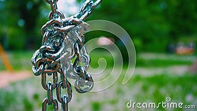 向下垂悬健壮的钢的链子在一个结被连接 金属化儿童` s吸引力的登上在 股票视频