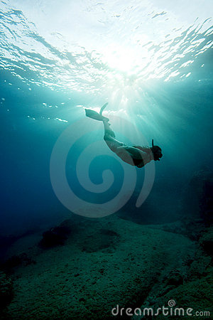 呼吸暂停freediving的绿松石水