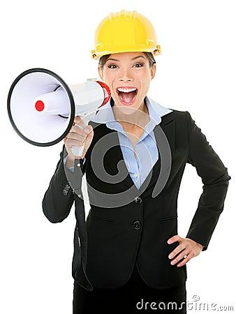 呼喊入扩音机的年轻女实业家