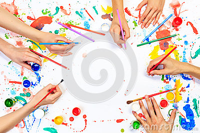 关闭绘与在白皮书的树胶水彩画颜料的人手.图片